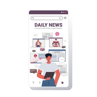 Homem usando o tablet pc discutindo notícias diárias com amigos durante a chamada de vídeo bate-papo bolha comunicação conceito smartphone tela app móvel retrato ilustração