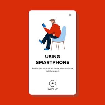 Homem usando o vetor de dispositivo eletrônico smartphone. menino sentado na cadeira e usar o smartphone, escrevendo mensagem, assistindo a um vídeo ou foto. personagem com ilustração plana dos desenhos animados do dispositivo web
