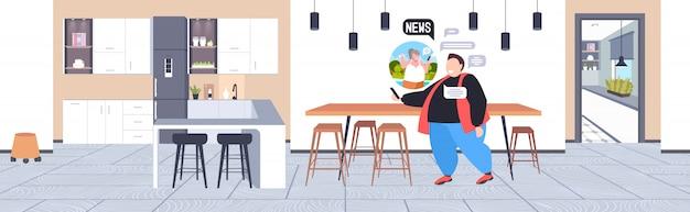 Homem usando smartphone conversando com garota discutindo conceito de comunicação de bolha de bate-papo de notícias diárias
