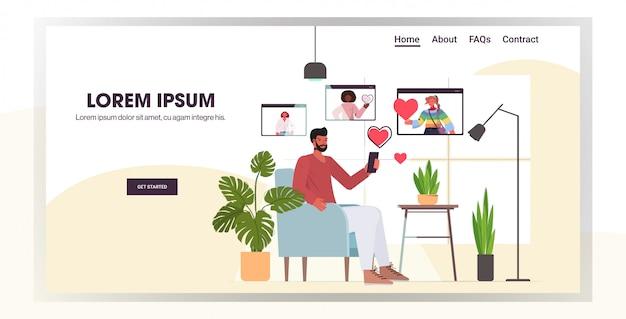 Homem usando smartphone conversando com mulheres de raça mista no navegador web windows namoro on-line app relacionamento social conceito horizontal comprimento total cópia espaço ilustração