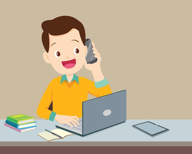 Homem usando um computador e um telefone celular ligando
