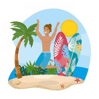Homem vestindo calções de banho com pranchas de surf e palmeira