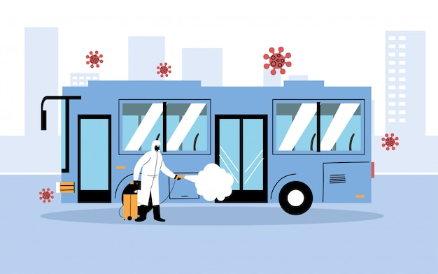 Homem vestindo um traje de proteção desinfeta ônibus por coronavírus ou cobiçado 19
