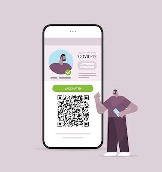 Homem viajante usando passaporte digital de imunidade com código qr na tela do smartphone sem risco covid-19 pandemia vacinar certificado conceito de imunidade a coronavírus ilustração vetorial de corpo inteiro