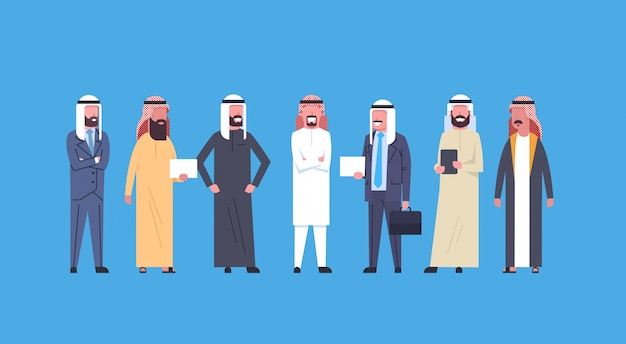 Homens de negócio árabes comprimento total empresários árabes vestindo roupas tradicionais, muçulmano masculino multidão