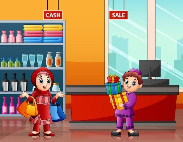 Homens e mulheres muçulmanos fazendo compras em um supermercado