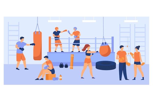 Homens e mulheres treinando em clube de boxe, exercitando-se com saco de pancadas, sparing no ringue, levantando peso. para clube da luta, esporte, conceito de estilo de vida ativo