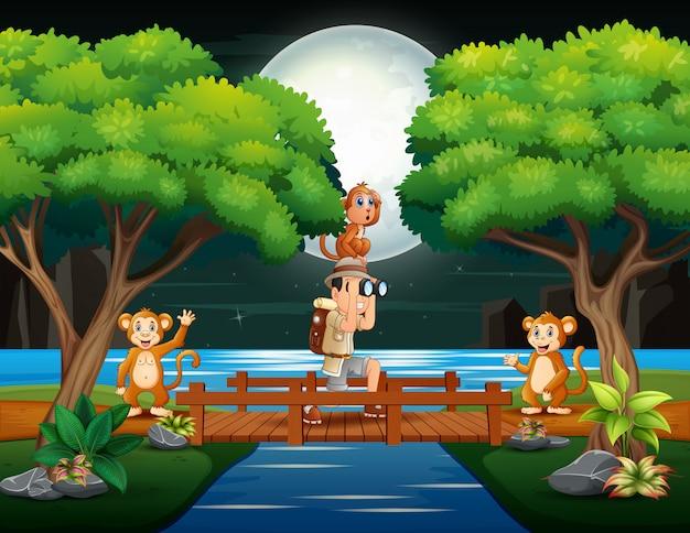 Homens exploram com macacos na floresta