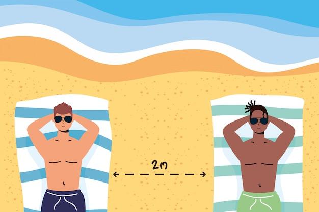 Homens inter-raciais na praia praticando cena social de distanciamento, férias de verão