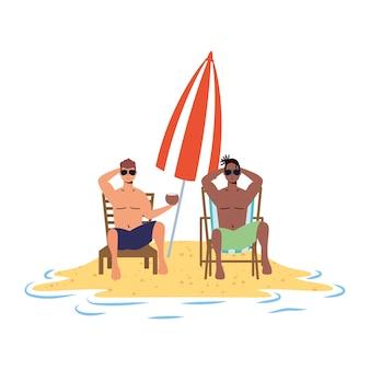 Homens inter-raciais relaxantes na praia, sentados em cadeiras e guarda-chuva
