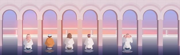 Homens muçulmanos religiosos rezando ramadan kareem conceito de religião mês sagrado