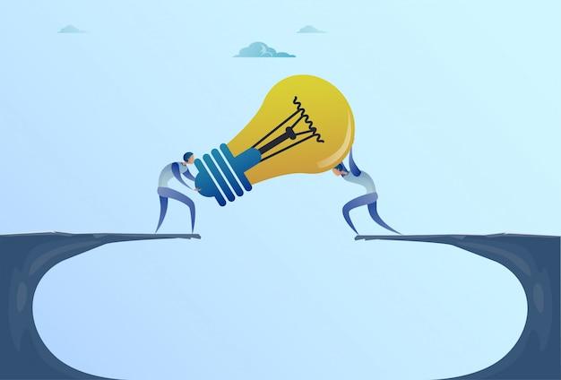 Homens negócio, dar, bulbo leve, sobre, penhasco, lacuna, partners, trabalho equipe, cooperação, novo, idéia, conceito