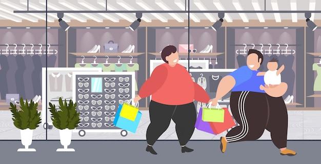 Homens obesos gordos com criança segurando sacos de compras com sobrepeso caras com criança andando juntos grande venda obesidade conceito moderno boutique moda exterior