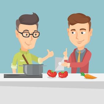 Homens que cozinham a refeição vegetal saudável.