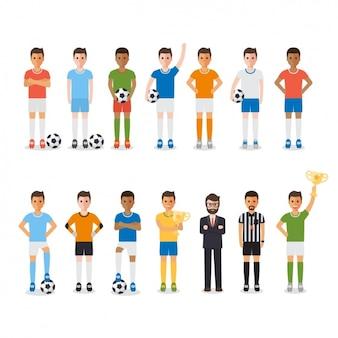 Homens que jogam o futebol