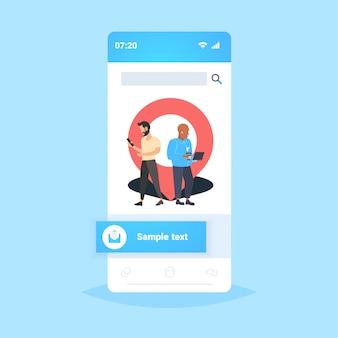 Homens usando gadgets aplicativo de navegação on-line geo pin tag ponteiro caras perto marcador de localização gps posição conceito smartphone tela aplicativo móvel comprimento total