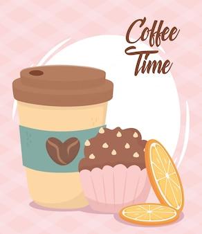 Hora do café, cup takeaway cupcake e fatias de laranja bebida fresca