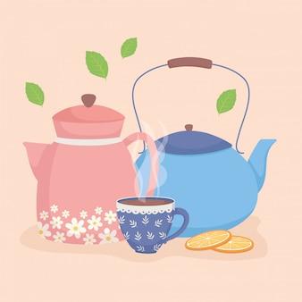 Hora do café e chá, chaleiras e xícara de chá quente com laranja fatiada