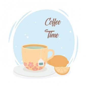 Hora do café, xícara de chá e frutas frescas de limão