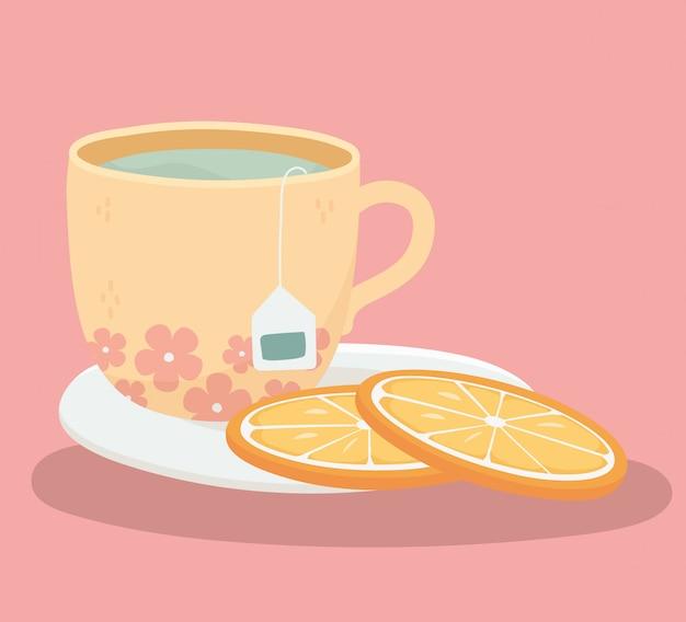 Hora do chá, xícara de chá e fatia de laranjas no prato