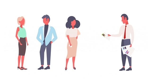 Hr homem segurando cv formulário currículo escolher grupo negócios pessoas contratando entrevista curriculum vitae recrutamento candidato trabalho posição conceito plana doodle horizontal isolado