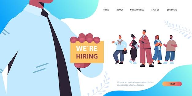 Hr manager holding estamos contratando cartaz vaga aberto recrutamento conceito mix raça candidatos fila fila cópia espaço horizontal ilustração vetorial