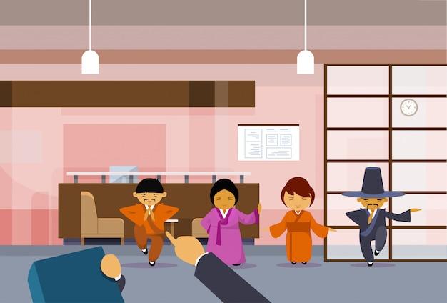 Hr mão apontando o dedo no empresário asiático sobre o grupo de empresários coreanos