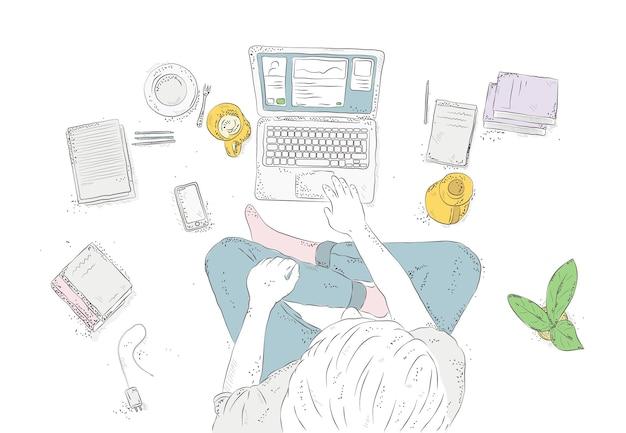Humano com laptop em casa, sentado no chão. mão-extraídas ilustração de contorno, vista superior do jovem em fundo branco.