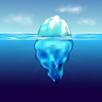 Iceberg flutuando na paisagem ártica do interior com água azul pura e montanhas de neve