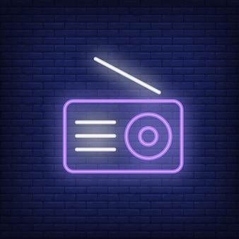 Ícone de néon do rádio. receptor com antena