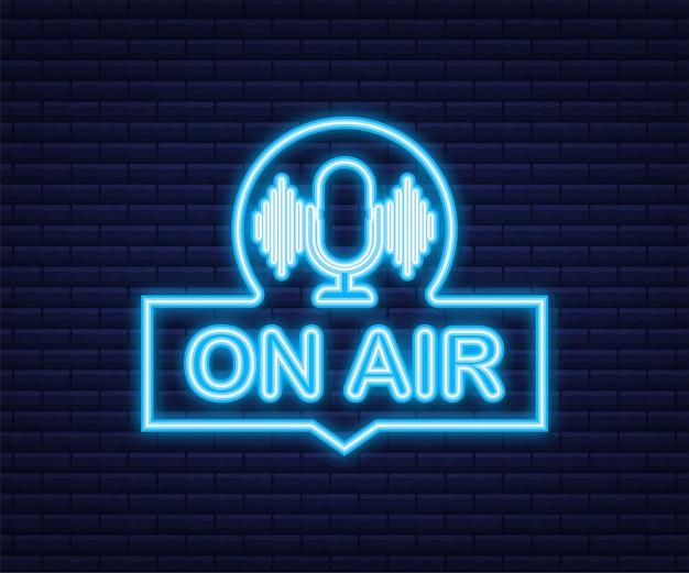 Ícone de podcast como no ar ao vivo. podcast. crachá, ícone, carimbo, logotipo. transmissão ou streaming de rádio. ícone de néon. ilustração em vetor das ações.