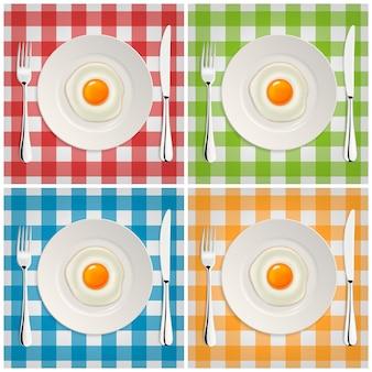 Ícone realista de ovo frito em um prato com garfo e faca. modelo.
