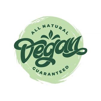 Ícone todo vegano natural garantido com fundo branco. letras manuscritas para restaurante, menu de café. elementos para etiquetas, logotipos, emblemas, adesivos ou ícones.