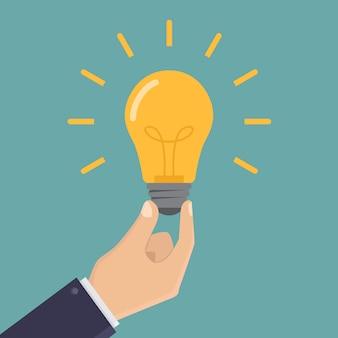 Ideia de negócio, empresário mão segure a lâmpada design plano ilustração