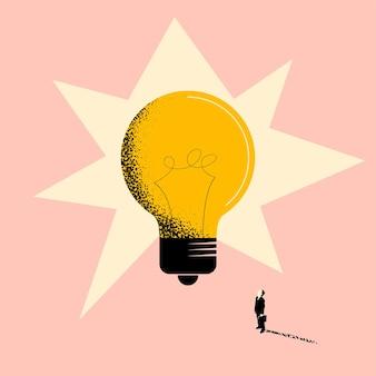 Ideia de negócio ou conceito de criatividade de negócios com um empresário em frente a uma lâmpada enorme e olhando para ela