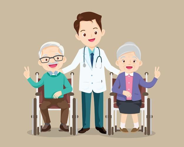 Idoso sentado em cadeira de rodas com médico, cuide