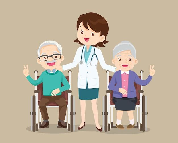 Idoso sentado em uma cadeira de rodas com médico levando pessoa com deficiência na cadeira de rodas e médicos