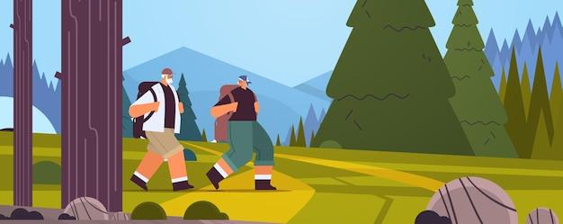 Idosos, alpinistas viajando com mochilas, conceito de atividade física para velhice ativa