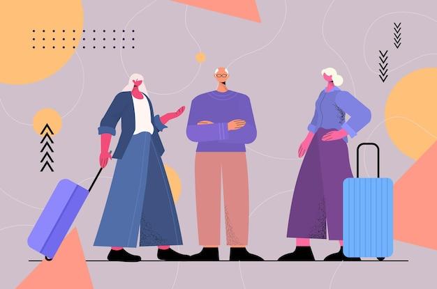 Idosos com bagagem discutindo durante reunião no terminal do aeroporto, viajando com o conceito de velhice ativa