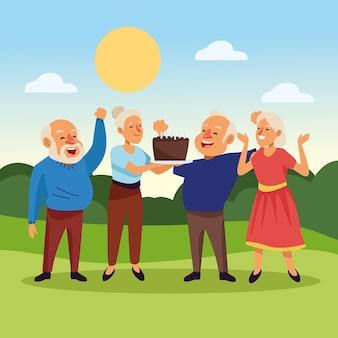 Idosos com bolo doce nos personagens idosos ativos do acampamento.