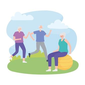 Idosos de atividade, casal velho correndo e mulher idosa na bola de fitness ao ar livre.