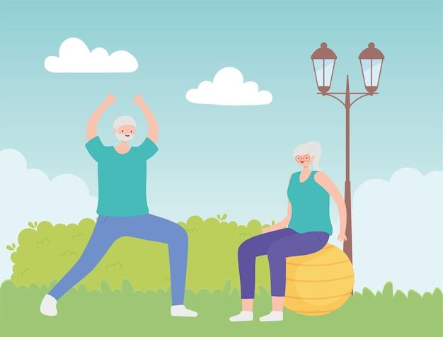 Idosos de atividade, velho fazendo alongamento e mulher idosa na bola de fitness no parque.