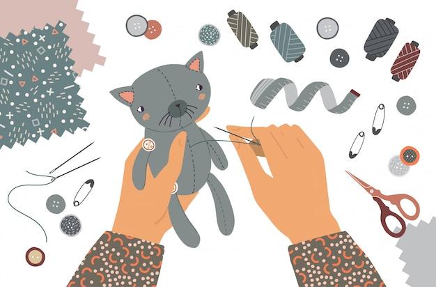 Ilustração as mãos do alfaiate costuram o brinquedo do gato. vista superior do local de trabalho com equipamentos de costura na oficina. educação do conceito de trabalho manual isolado
