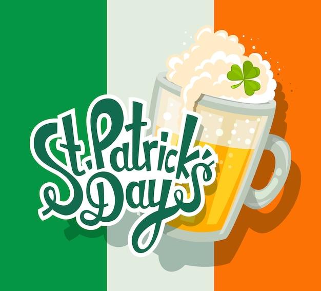 Ilustração da saudação do dia de são patrício com grande caneca de cerveja amarela com trevo e texto no fundo da bandeira irlandesa. arte