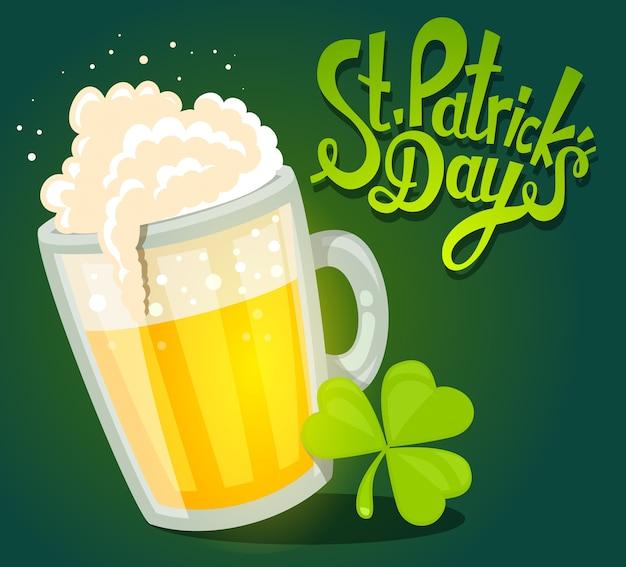 Ilustração da saudação do dia de são patrício com uma caneca grande de cerveja amarela com trevo em fundo verde escuro. arte