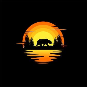 Ilustração da silhueta do urso design de logotipo animal em vetor laranja pôr do sol nublado vista para o mar