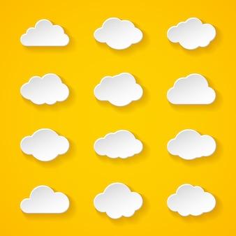 Ilustração de doze nuvens de papel branco com diferentes formas e sombras