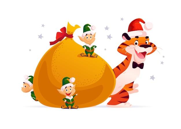 Ilustração de feliz natal com pequenos duendes de papai noel, personagem tigre no chapéu, grande saco com presentes de natal isolados. estilo liso dos desenhos animados do vetor. para banners, cartões de venda, cartazes, etiquetas, web, flyer, anúncios.