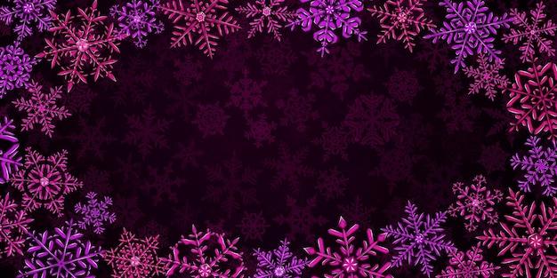 Ilustração de grandes flocos de neve de natal translúcidos e complexos em cores vermelhas e roxas, localizados ao redor, no fundo com neve caindo
