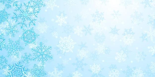 Ilustração de grandes flocos de neve de natal translúcidos e complexos em tons de azul claro, localizados à esquerda, no fundo com neve caindo